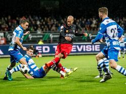 V.l.n.r: Bram van Polen, Danny Holla, Ryan Koolwijk en Bart Schenkeveld. De spelers van PEC Zwolle gooien alles in de strijd om een schot van Koolwijk te blokken. (21-10-2016)