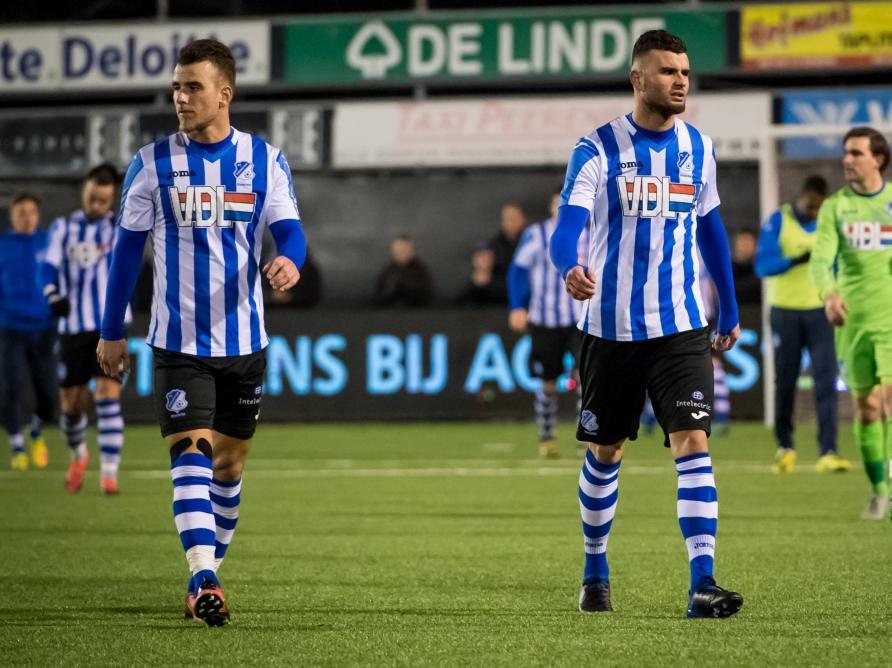 Rai Vloet (r.) en Thomas Horsten (l.) lopen teleurgesteld het veld af na afloop van het competitieduel Achilles'29 - FC Eindhoven (06-02-2017).