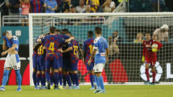 Los jugadores culés celebran el primer gol de Busquets.