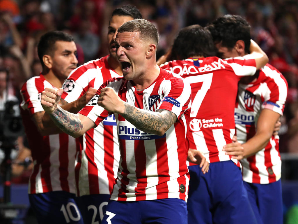 Kieran Trippier celebra con la afición el empate del Atlético.