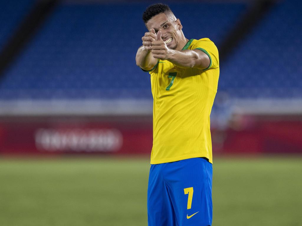 Paulinho llevando a cabo su festejo solidario.
