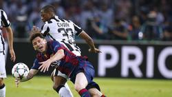 Patrice Evra 2015 im Duell mit Lionel Messi (v.)