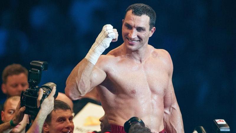 Wladimir Klitschko jubelt 2013 in der SAP-Arena in Mannheim über seinen Sieg