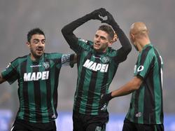 Sahnetag: Sassuolos Domenico Berardi (m.) lässt sich für sein zweites von vier Toren gegen Milan feiern.