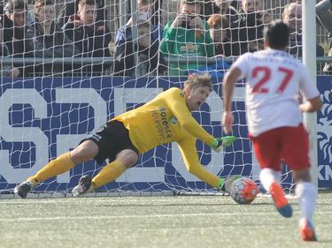 Edwin van der Sar doet van zich spreken tijdens zijn rentree als keeper. Tijdens het duel tussen vv Noordwijk en Jodan Boys stopt hij in de eerste helft een strafschop. (12-03-2016)