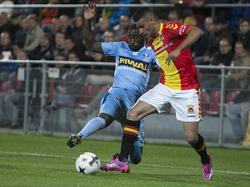 Deniz Türüç (r.) probeert een tackle van Jeffrey Fortes (l.) te ontwijken tijdens Go Ahead Eagles - FC Dordrecht. (23-8-2014)