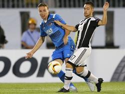 Andrija Živković (r.) van Partizan gaat in de Europa League-wedstrijd tegen AZ een duel met Ben Rienstra niet uit de weg. (17-09-2015)