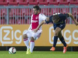 Op de foto zien we twee doelpuntenmakers. Amin Younes scoorde de 2-0, Dustin Mijnders scoorde de 1-0 in eigen goal. (14-09-2015)