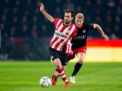Rick Kruys (r.) moet in de achtervolging bij Davy Pröpper (l.) tijdens het competitieduel PSV - Excelsior. (17-10-2015)