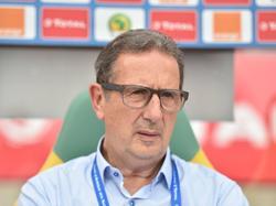 De Algerijnse bondscoach Georges Leekens zit teleurgesteld langs de kant tijdens het duel in de Afrika Cup tussen Algerije en Tunesië (19-01-2017).
