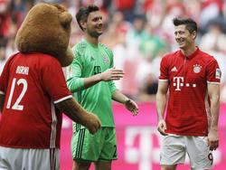 Bayern-Torwart Sven Ulreich (M.) wurde gegen Augsburg nicht geprüft
