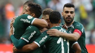 Los jugadores de Palmeiras celebran un tanto.