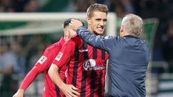 Freiburgs Coach Christian Streich (r.) gratuliert seinem Doppeltorschützen Nils Petersen