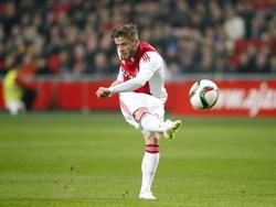 Lasse Schöne neemt tijdens het competitieduel Ajax - AZ Alkmaar het doel van Esteban onder vuurt. (05-02-2015)