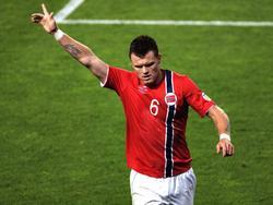 John Arne Riise kan juichen als hij in de WK-kwalificatiewedstrijd tegen Slovenië in de laatste minuut een penalty benut voor de 2-1 voorsprong. (11-09-2012)