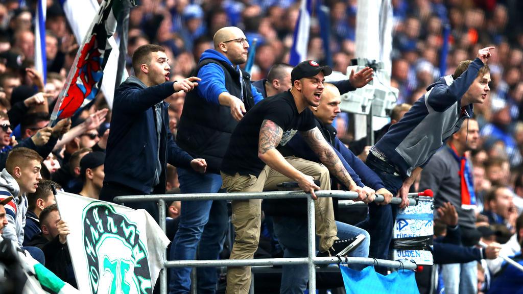 Ultras des FC Schalke 04 attackieren vor dem Revierderby den BVB