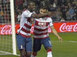Adrián Ramos celebra con Pereira uno de sus goles contra el Betis. (Foto: Imago)