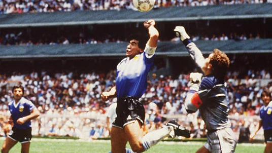 """Diego Maradona erzielt mit der """"Hand Gottes"""" das 1:0 gegen England"""