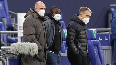 Schalkes Knappenschmieden-Direktor Matthias Schober (l.) gemeinsam mit Gerald Asamoah und Peter Knäbel