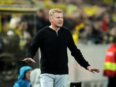 SC Paderborn 07-trainer Stefan Effenberg staat langs de lijn te coachen tijdens het bekerduel Borussia Dortmund - Paderborn. (28-10-2015)