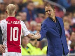 Frank de Boer (r.) kijkt bezorgd naar Davy Klaassen als de middenvelder het veld geblesseerd verlaat tegen Heracles Almelo. (13-09-2014)