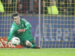 Mickey van der Hart met een mooie save in de bekerwedstrijd Go Ahead Eagles - FC Twente. (29-10-2014)