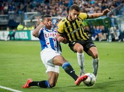 Jerry St. Juste (l.) voorkomt gevaar van Zakaria Labyad (r.) tijdens sc Heerenveen - Vitesse. (28-05-2015)