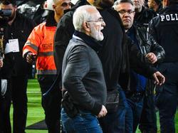Ivan Savvidis, presidente del PAOK, porta una pistola de camino al terreno de juego. (Foto: Getty)