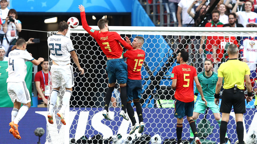 Piqué berührt den Ball mit der Hand