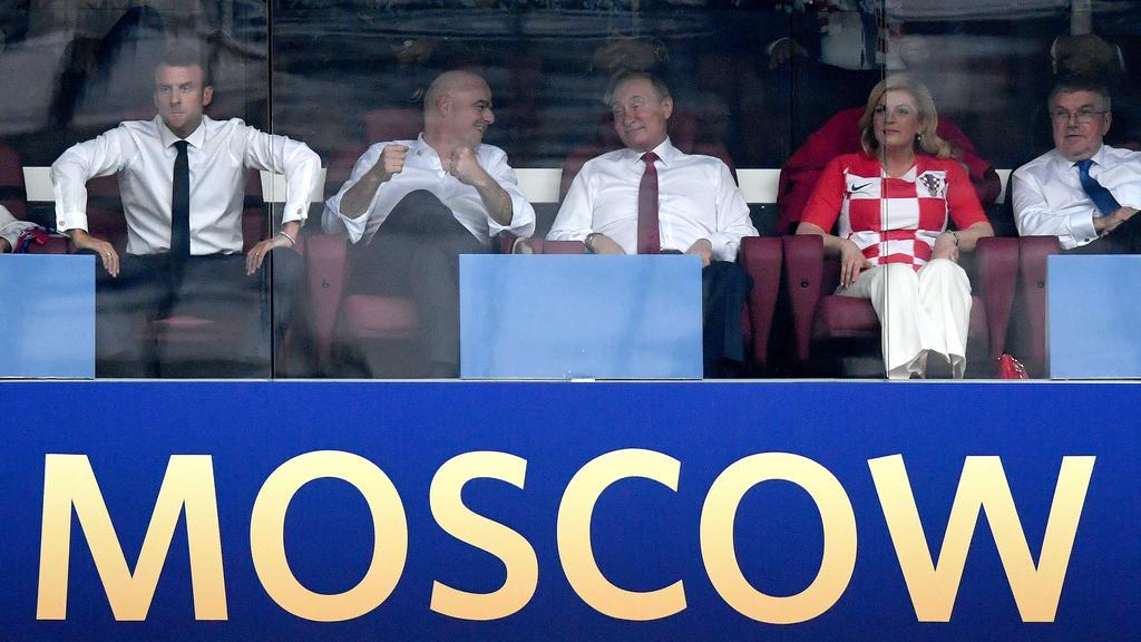 Russlands Präsident Putin (3.v.l.) umgeben von hochrangigen Persönlichkeiten