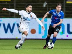 Jordy Tutuarima (l.) snelt langs Alessio Carlone (r.) tijdens het competitieduel SC Telstar - FC Den Bosch (24-02-2017).