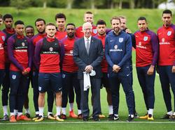 Bobby Charlton besuchte die englische Nationalmannschaft beim Training