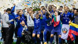 El Al-Hilal celebra el campeonato sobre el terreno de juego.
