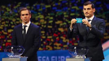 Lahm y Casillas en un momento del sorteo.
