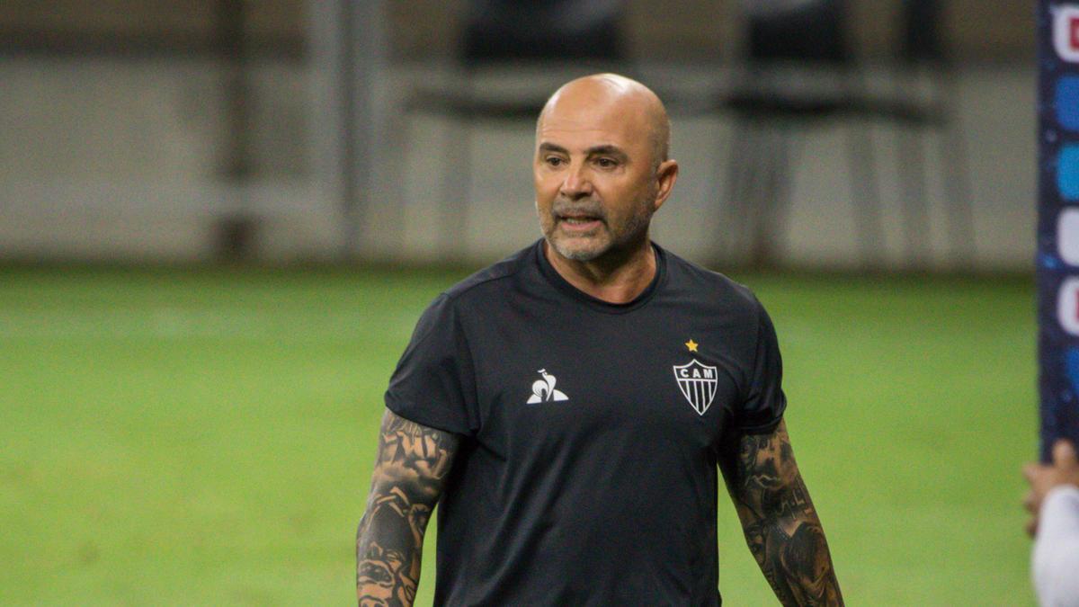 Der frühere argentinische Fußball- Nationalcoach Jorge Sampaoli hat sich mit dem Coronavirus infiziert