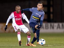 Thulani Serero (l.), die tegen FC Dordrecht als controleur speelt voor Jong Ajax, moet hier Michael Chacon voor zich dulden. (29-02-2016)