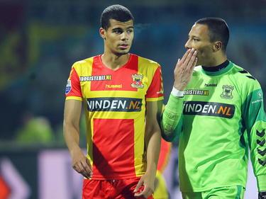 Mawouna Amevor (l.) en Eloy Room van Go Ahead Eagles fluisteren met elkaar na afloop van het competitieduel met Heracles Almelo. (04-12-2013)