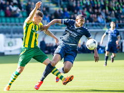 Vito Wormgoor (l.) probeert spits Sébastien Haller van de bal te zetten tijdens ADO Den Haag - FC Utrecht. (12-04-2015).