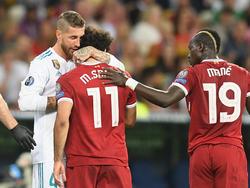Mo Salah (m.) ist nicht gut auf Sergio Ramos (l.) zu sprechen