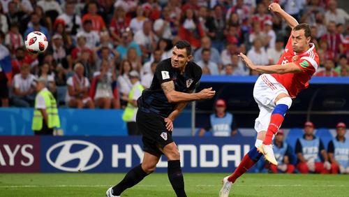 Russlands Artem Dzyuba versucht es mit einem Volley