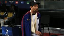 Barcelonas Lionel Messi geht mit dem Arm in einer Schlinge an der Auswechselbank vorbei