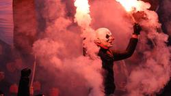 Im Hamburger Derby wurde immer wieder Pyrotechnik gezündet