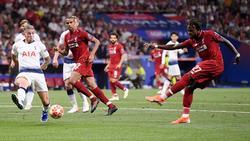 Origi marca con la izquierda el segundo gol del Liverpool.
