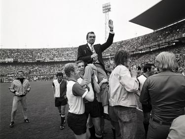 Ernst Happel wird nach Feyenoords Meistercupsieg gefeiert