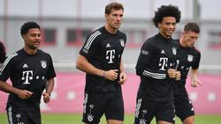 Leon Goretzka (M.) greift mit seinen Münchner Teamkollegen wieder an