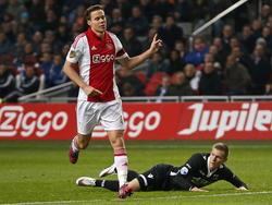 Niklas Moisander (l.) van Ajax vindt het geen overtreding op Aron Jóhannsson van AZ Alkmaar (r.). (05-02-2015)