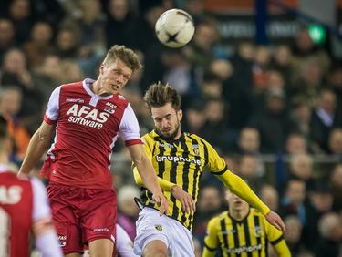 Viktor Elm (l.) van AZ Alkmaar wint een kopduel van Vitesse-speler Davy Pröpper (r.). (13-03-2015)