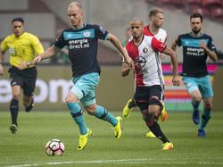 Jorrit Hendrix gaat er met de bal aan de voet vandoor in de strijd om de Johan Cruijff Schaal. Feyenoorder Karim El Ahmadi is in de achtervolging. (31-07-2016)