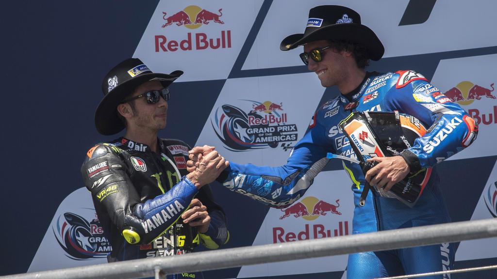 Valentino Rossi (.) gratuliert Alex Rins zum Sieg in Austin