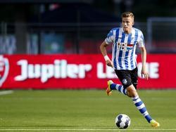 Dario Van Den Buijs bekijkt zijn opties tijdens het competitieduel Almere City FC - FC Eindhoven (26-08-2016).
